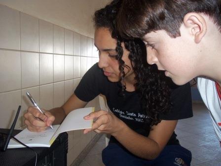 lavínia autografando