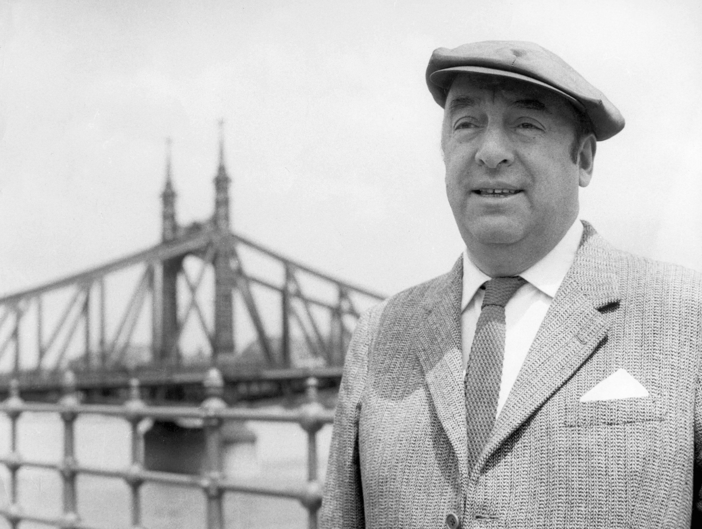 """MD-01 Madrid.- Pablo Neruda creó algunos de los versos que más se han oído y recitado a lo largo del siglo XX y XXI. Pero, además de ser el poeta del amor y del compromiso, tuvo una gran producción literaria que ha quedado reunida en un volumen titulado """"Nerudiana dispersa II"""", sobre el que cuyo editor, Hernán Loyola, habló con EFE en una entrevista. En la foto de archivo (Mayo, 1956) Neruda en Budapest, con el puente de la libertad sobre el Danubio al fondo. EFE/MTI'1W"""