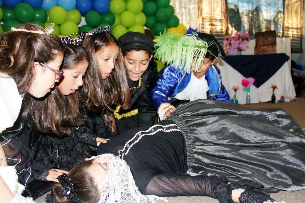 Cena onde os alunos simulam a morte de D. Maria I.