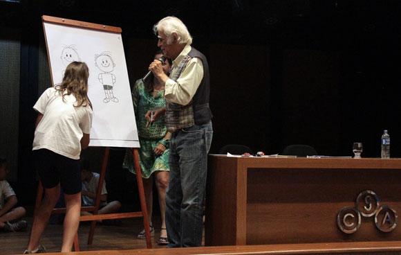 Aluna desenha o Menino Maluquinho com Ziraldo