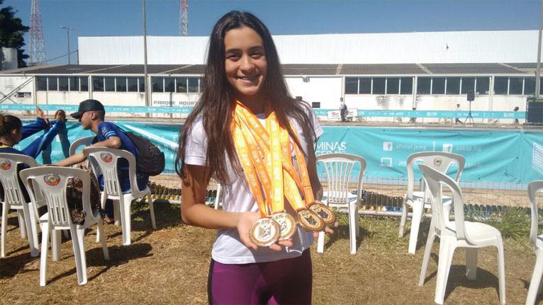 Ana e suas medalhas conquistadas nos jogos
