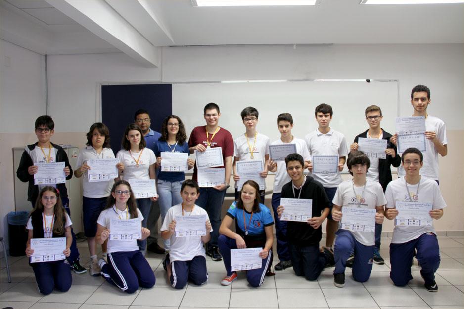 Alguns dos alunos medalhistas e o Frei Vicente