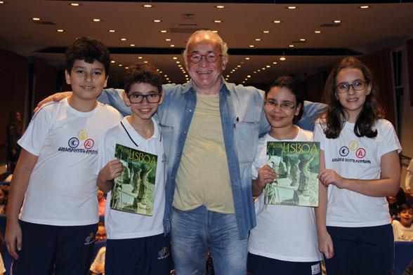 Nelson Cruz e alunos com sua obra Mestre Lisboa