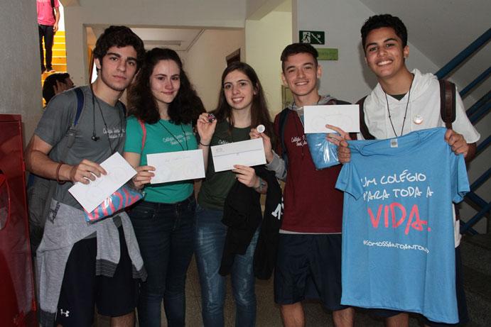 Tau, cartinhas, camisas e bótons foram distribuídos aos estudantes da 3ª Série