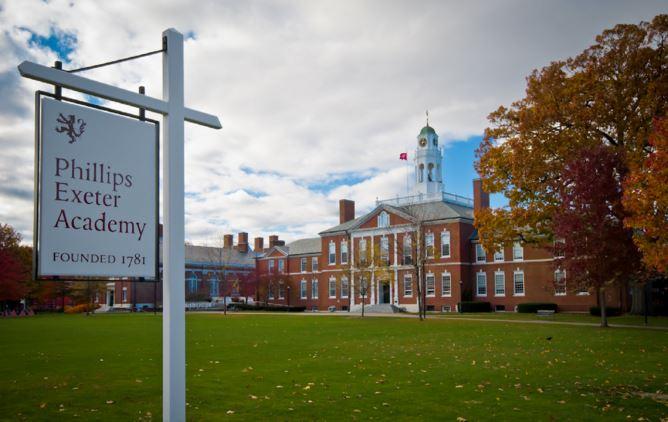 Phillips Exeter Academy é a escola preparatória onde a Júlia estuda