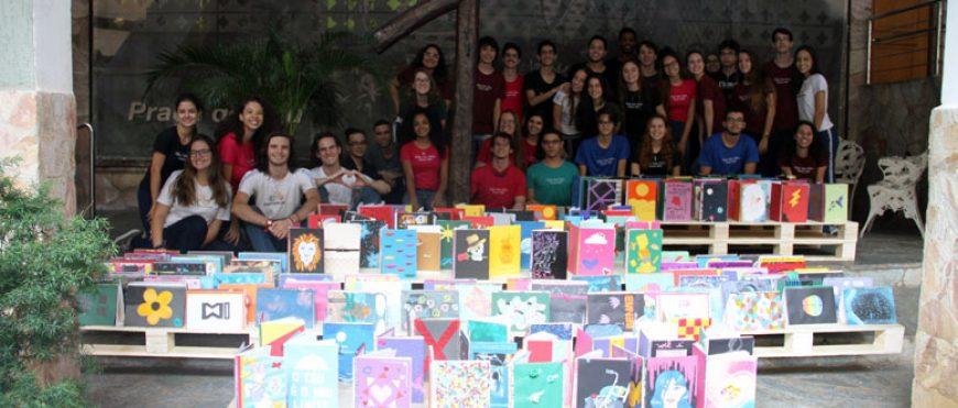 Alunos fazem reciclagem e customizam cadernos para doação