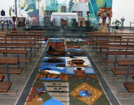 Tapetes de Pó de Serragem enfeitam a Paróquia Santo Antônio