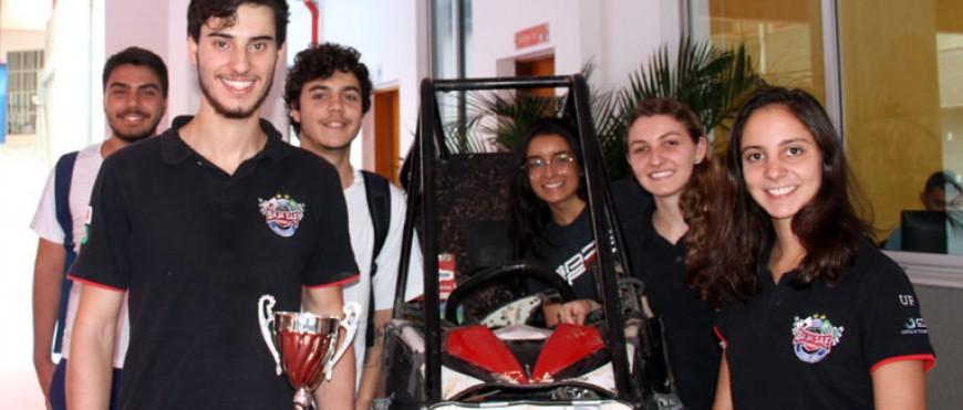Ex-alunas participam da criação de um carro off-road vencedor
